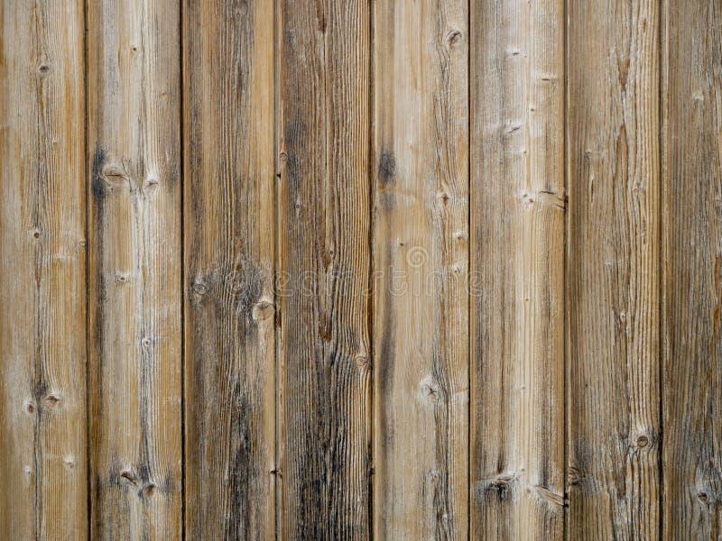 Träslatsbakgrund, gammal yttre cladding med vertikala plankor arkivfoto
