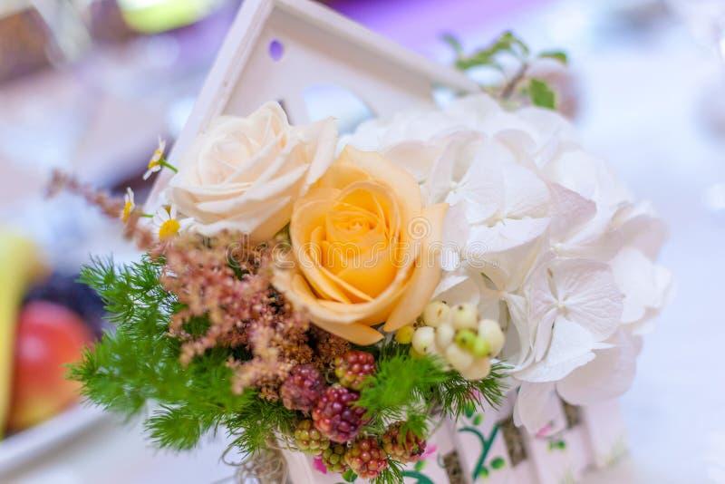 Träsmå vithus med blommaordningar fotografering för bildbyråer