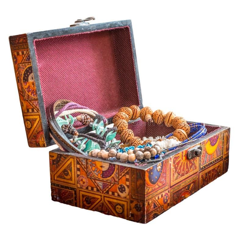 Träsmyckenask med smycken arkivbilder