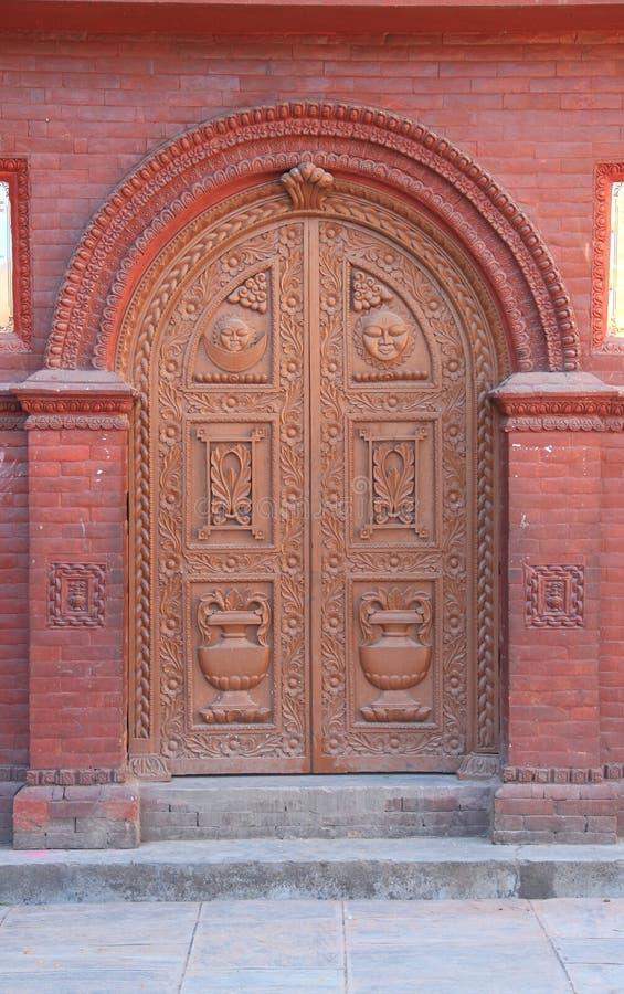 Träsniden dörr. royaltyfri foto