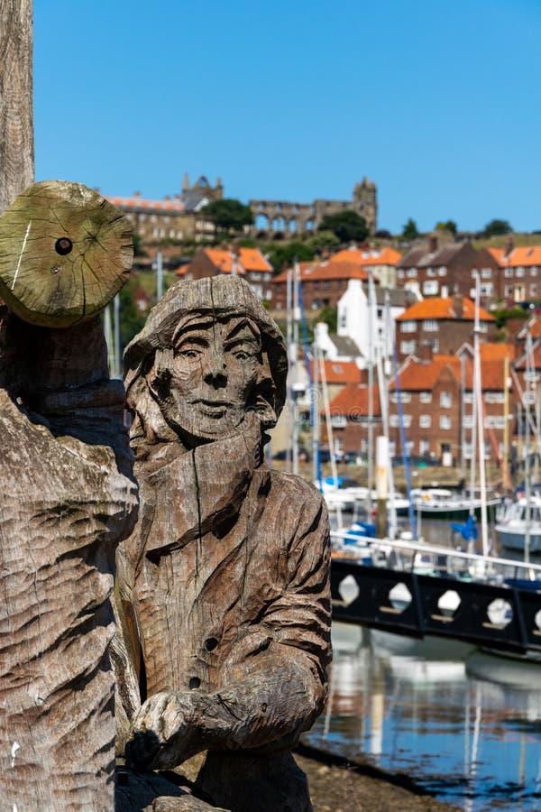 Träsniden minnesmärke till skeppsbyggare i Whitby Marina royaltyfria foton