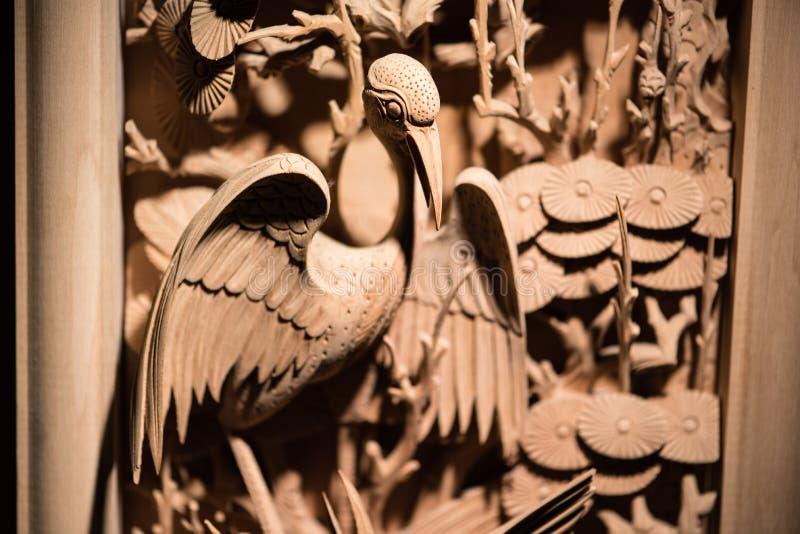 Träsnideri för traditionell kines av fågeln arkivbild