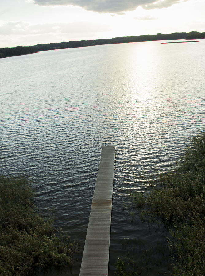 Träspång över sjön fotografering för bildbyråer