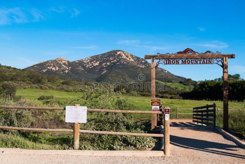Trästaket och Trailhead tecken för den Iron Mountain slingan royaltyfri foto