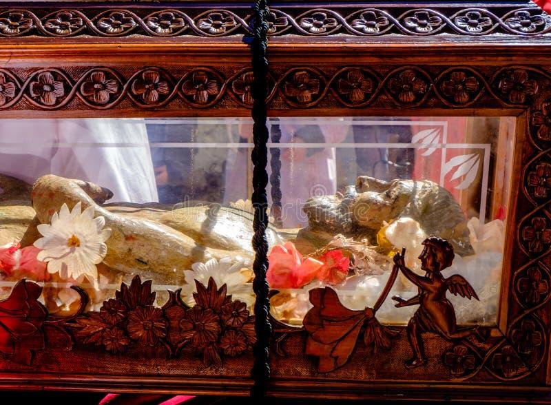 Trästaty av Kristus i en kista arkivfoton