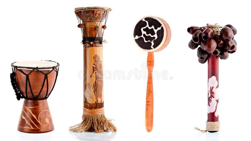 Trästatyetter, dekorativa statyetter, musikinstrument royaltyfria bilder