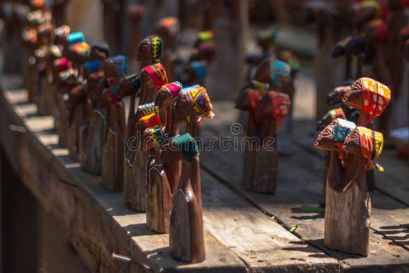Trästatyetter på hantverkmarknaden i Swaziland royaltyfria bilder