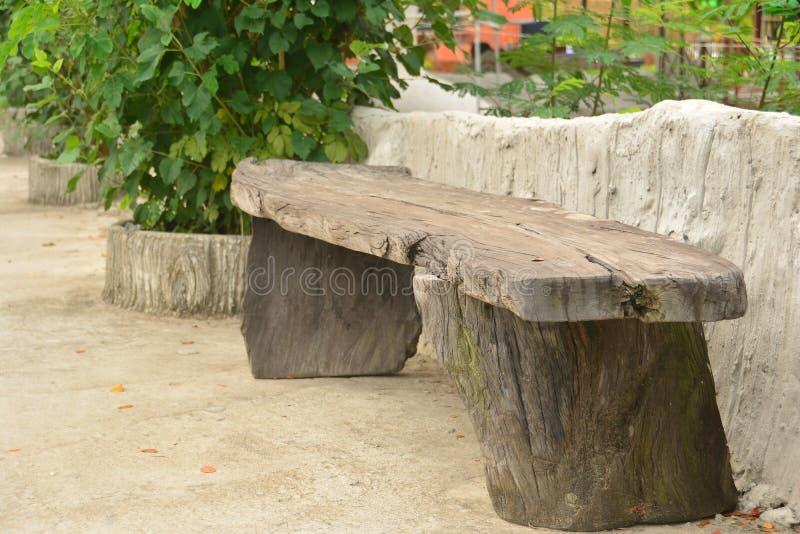 Trästol för gammal stil i trädgården royaltyfria bilder