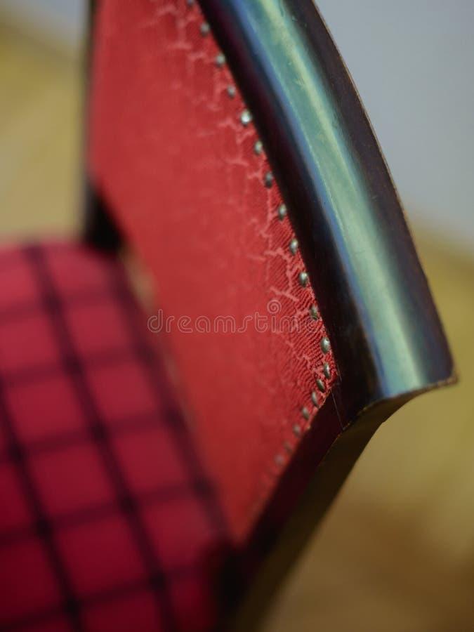 Trästol med röda gamla stoppningkryddnejlikor fotografering för bildbyråer
