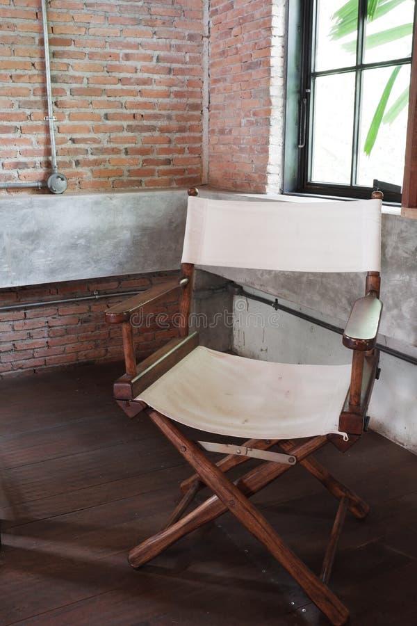 Tr?stol med tygarket i vindhus arkivfoto