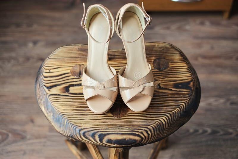 Trästol på det rosa hög-heeled sandaler royaltyfri foto