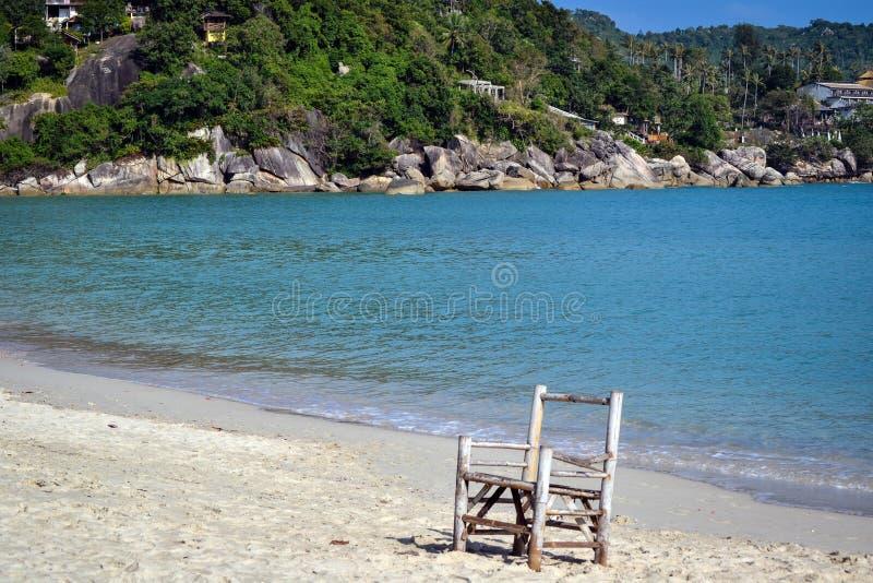 Trästol på en öde strand royaltyfri fotografi