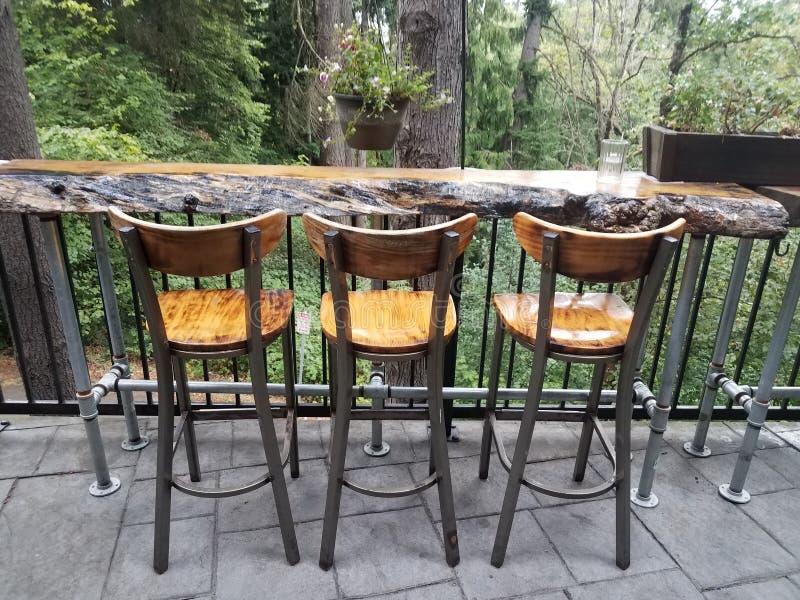 Trästolar eller stolar på trätabellen arkivbild