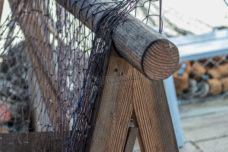Trästomme av trästolpar med fisknät hängande på dem royaltyfria bilder