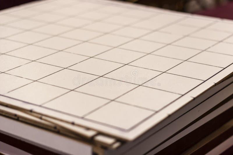 Trästora formatkontrollörer som spelar tabellen under rent ljus arkivfoton