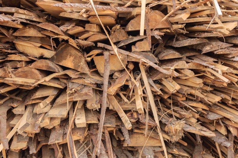 Trästrålar - plankor som staplas i rader sawmill arkivbilder