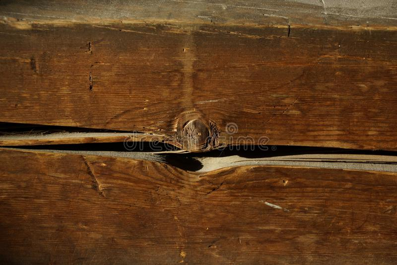 Trästråle gammalt hus en vägg från en stång ett fragment arkivfoton