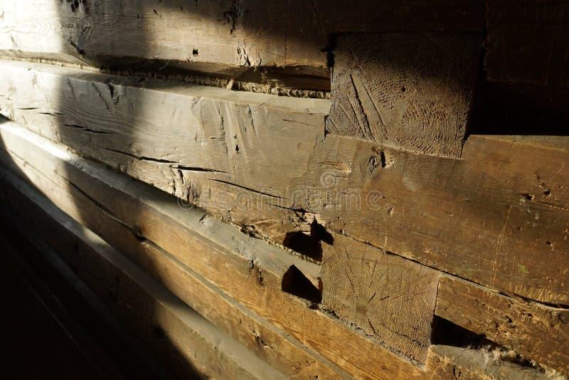 Trästråle gammalt hus en vägg från en stång ett fragment arkivbilder