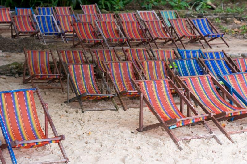 Trästrandstolar på stranden för turist i Thailand royaltyfri fotografi