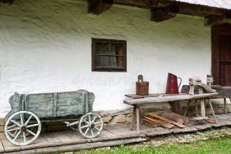 Trästuga i by arkivbilder
