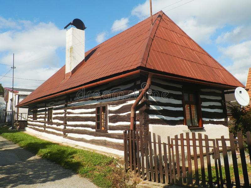 Trästuga - slovakisk folk arkitektur arkivbilder