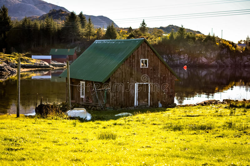 Download Trästugahus På Den Norska Sjön Fotografering för Bildbyråer - Bild av norr, europa: 78731325