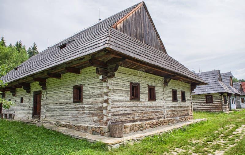 Trästugor i byn, Slovakien arkivfoton
