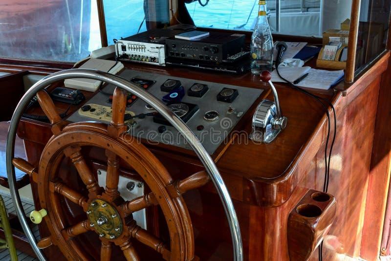 Trästyrninghjul av ett kryssningskepp N?rbild royaltyfri foto