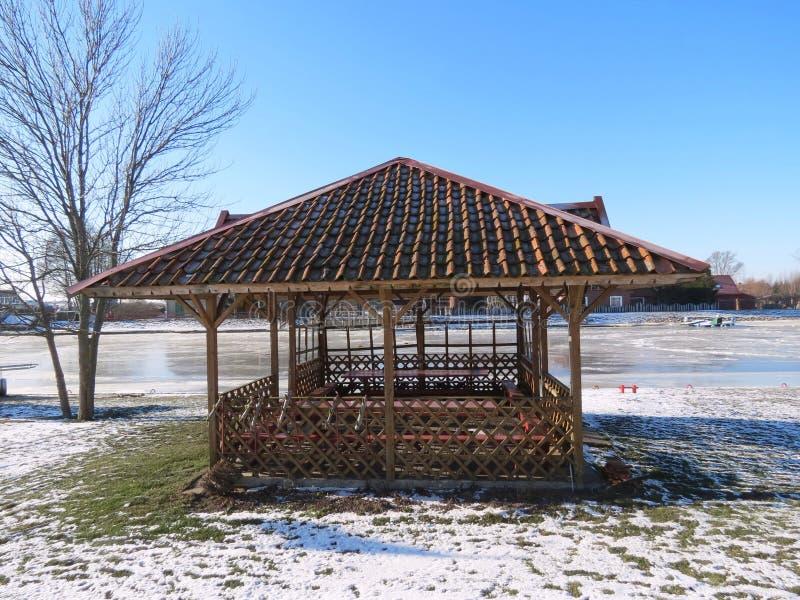 Download Träsummerhouse fotografering för bildbyråer. Bild av rött - 37349525