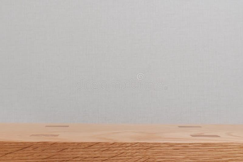 Trätabellöverkant med den vita väggen, bildmontagebakgrund arkivfoto