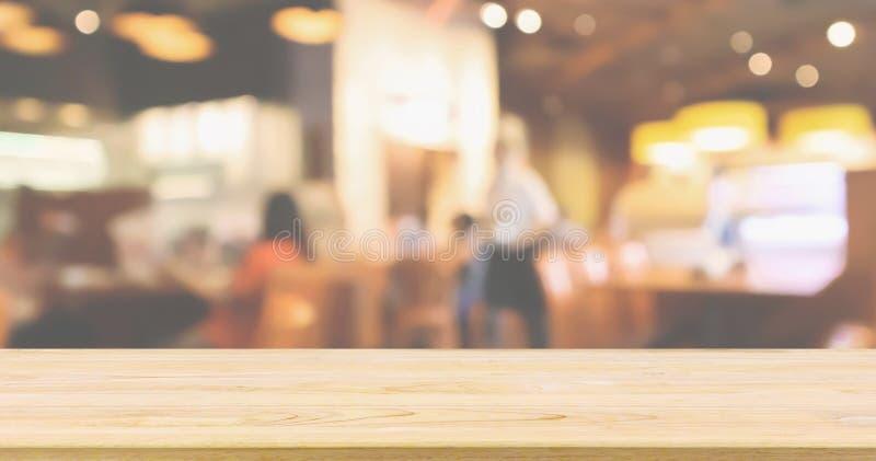 Trätabellöverkant med restaurangkaféinre med folksuddighetsbakgrund royaltyfri fotografi
