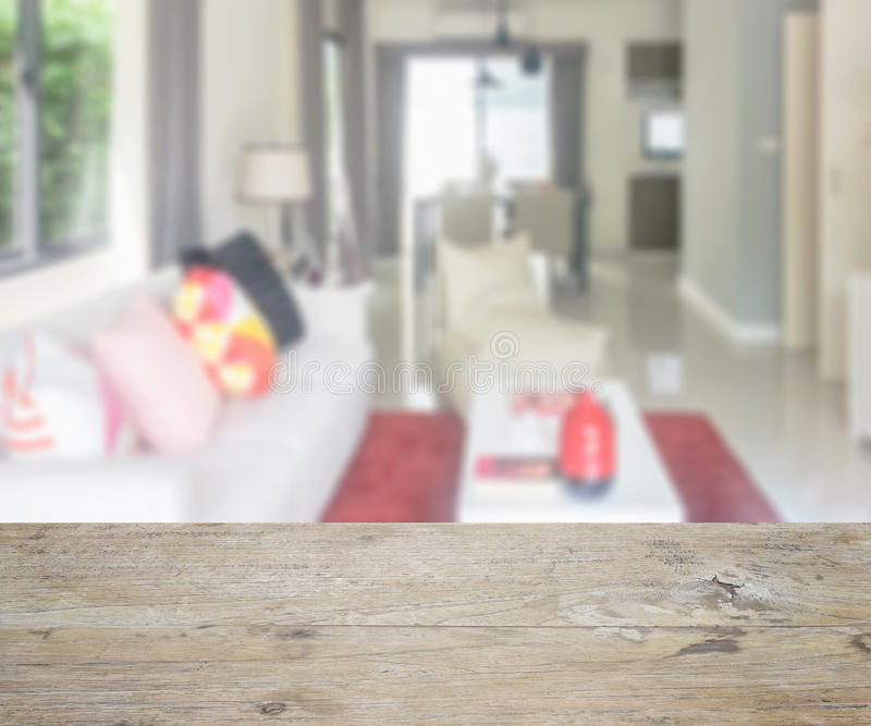 Trätabellöverkant med suddighet av den moderna vardagsrum- och äta middagtabellen arkivfoton