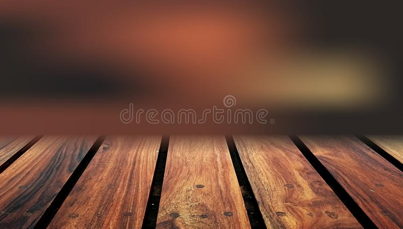 Trätabellöverkant med suddighetsbakgrund En lantlig träsuddighetsbakgrund Kan anv?ndas f?r sk?rm eller Affär som är defocused royaltyfri bild
