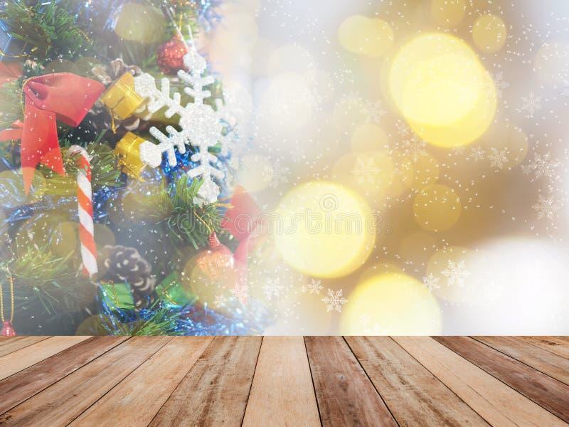 Trätabellöverkanten över abstrakt julprydnadgarnering sörjer på trädet royaltyfri foto