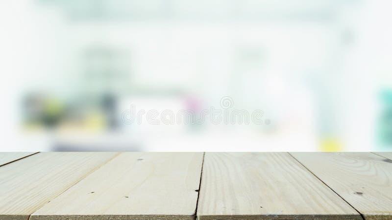 Trätabellöverkanten med bakgrund för den suddiga bilden av restaurangen för montage och visar dina produkter arkivfoto