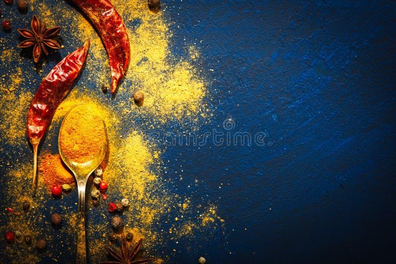Trätabell av färgrika kryddor Mat indier royaltyfri bild
