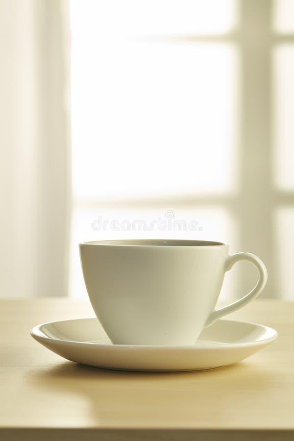 trätabell för kaffekopp royaltyfri fotografi
