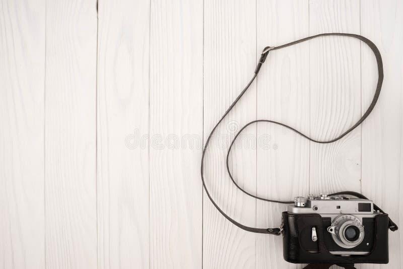 Trätabell för kontorsskrivbord med den gamla kameran royaltyfri bild