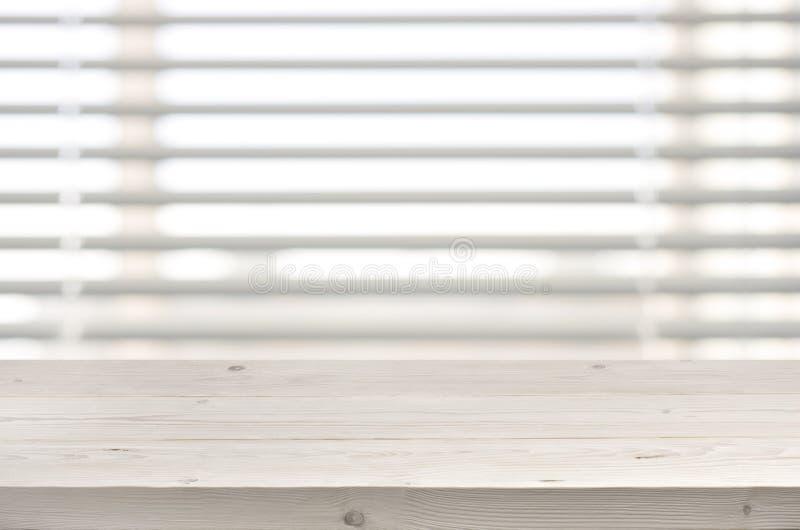 Trätabell från plankor på fönster med persiennbakgrund royaltyfri fotografi