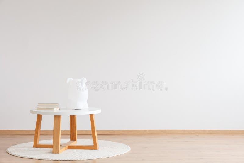Trätabell i rum för barn` s arkivfoto