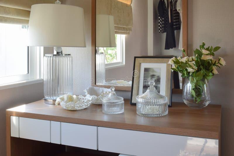Trätabell med smyckenuppsättningen, spegel, lampa i loge royaltyfria bilder