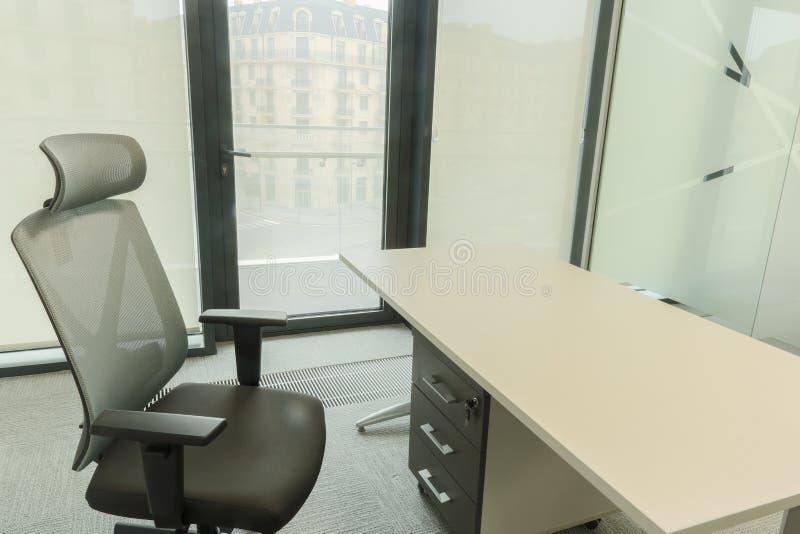 Trätabell med stol i regeringsställning fotografering för bildbyråer