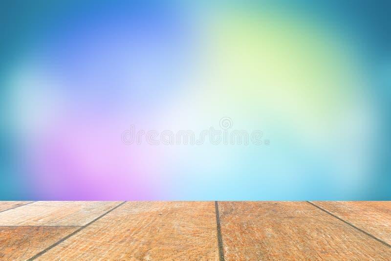 Trätabell med tomt utrymme Det finns många gjorda suddig pastellfärgade kulöra bakgrunder arkivfoton
