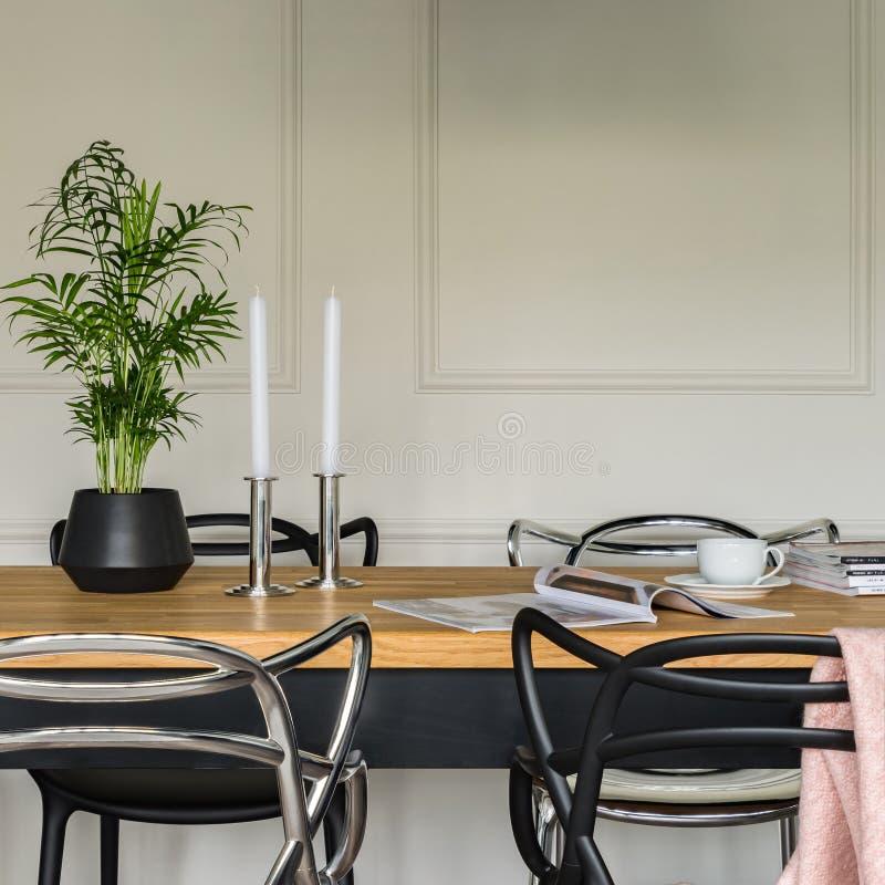 Trätabell och moderna stolar arkivfoton