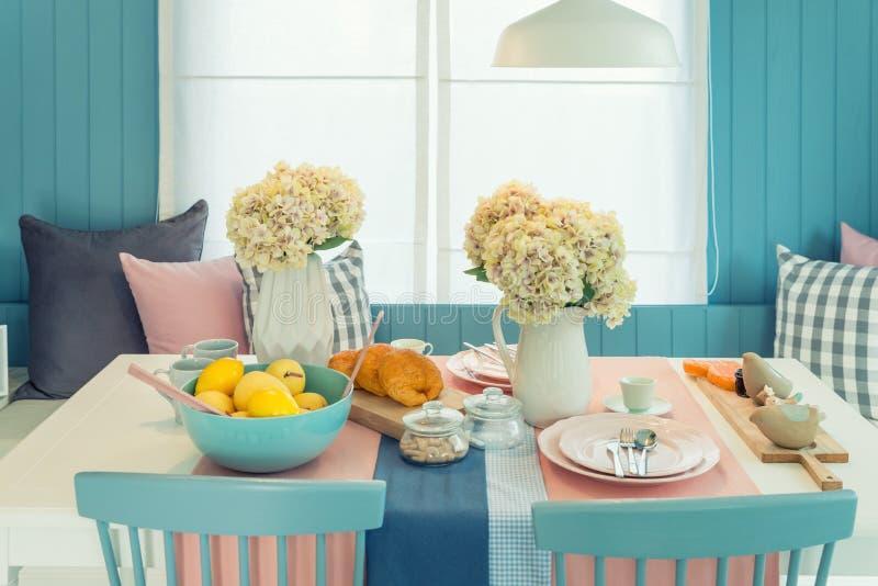 Trätabell och stol i dinning rum för tappning hemma Tabellse royaltyfri fotografi