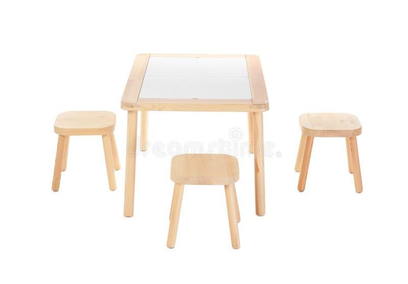 Trätabell och stolar för isolerade ungar arkivbilder
