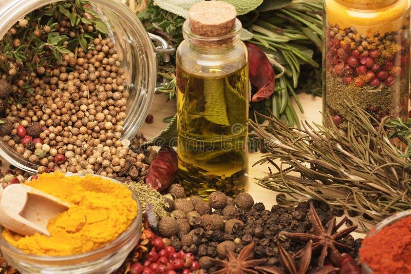 Trätabellen av färgrika kryddor royaltyfria bilder