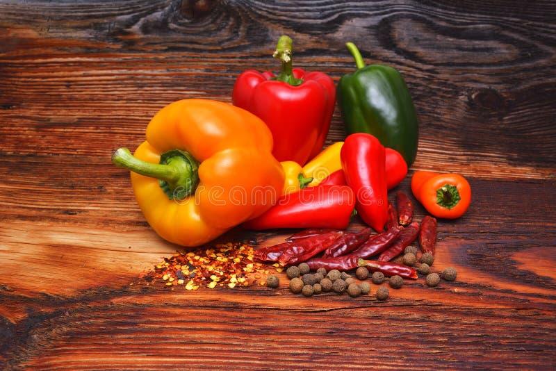 Trätabellen av färgrika kryddor royaltyfri bild