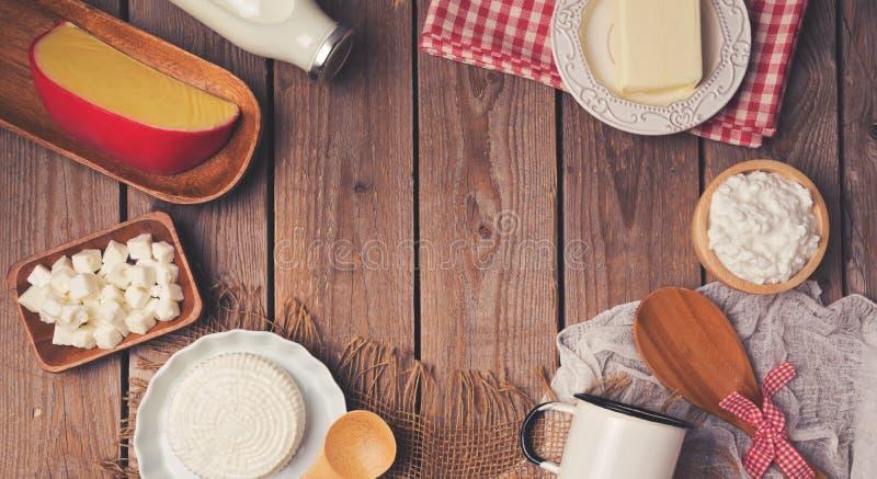 Trätabellen med mjölkar och ostprodukter äta för begrepp som är sunt placera text ovanför sikt arkivfoton