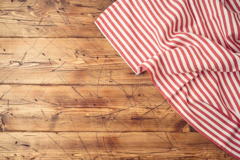 Trätabletop med den randiga bordduken för kök eller att laga mat matbakgrund B?sta sikt fr?n ?ver royaltyfri foto